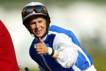 Julie_Krone_riding_Halfbridled_at_2003_Breeders'_cup