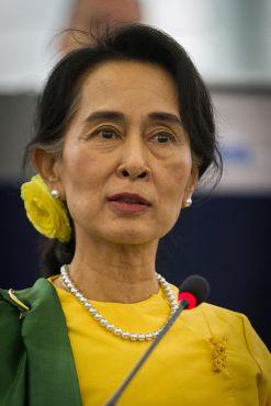 440px-Remise_du_Prix_Sakharov_à_Aung_San_Suu_Kyi_Strasbourg_22_octobre_2013-18